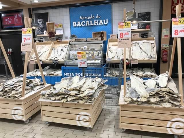 In elke supermarkt wordt wel bacalhau verkocht. Sommige maken er een hele show van. Dit is de supermarkt Continente in Évora.
