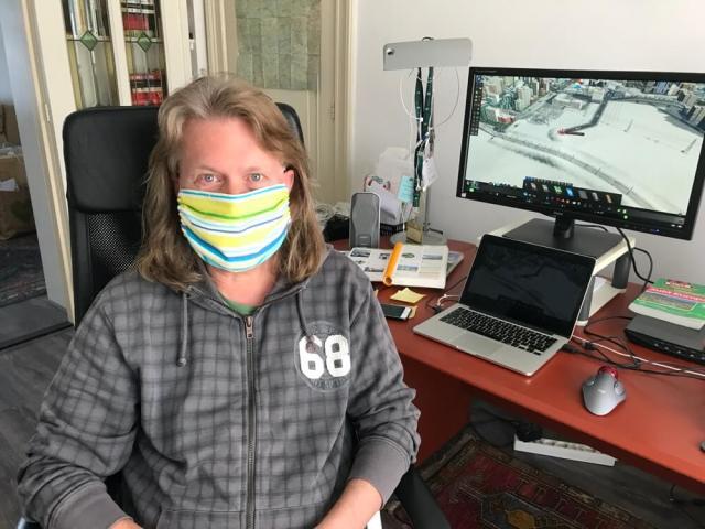 Huisvlijt. Onze eigen gemaakte mondkapjes. Walter was testpersoon op de eerste ontwerpen.