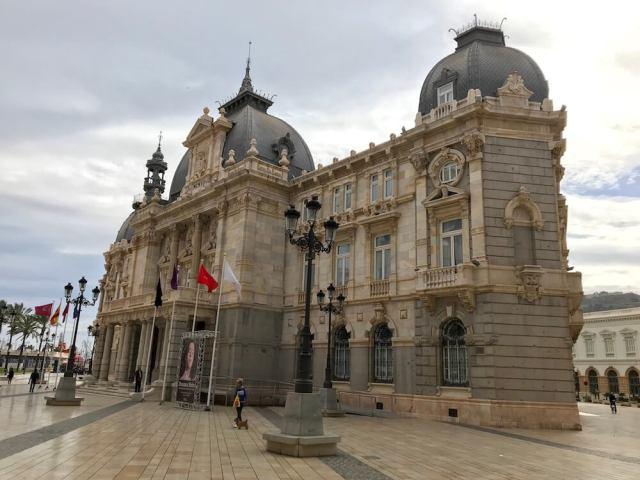 Het sierlijke gemeentehuis aan de haven van Cartagena.