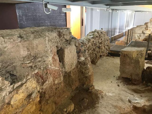 De ruim 2200 jaar oude verdedigingsmuur van de Feniciërs.