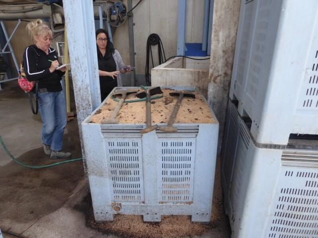 Alles wordt hergebruikt. Deze pitten dienen als brandstof. Janine (links) schrijft alles op wat Carmen zegt.