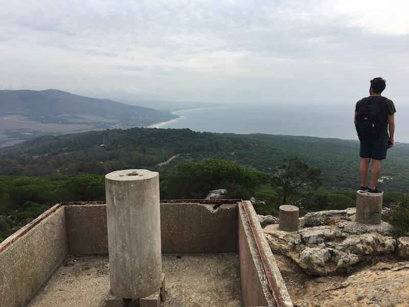Vanaf het hoogste punt, San Bartolomé, heb je uitzicht over de bossen bij Punta Paloma en de kust van Tarifa.