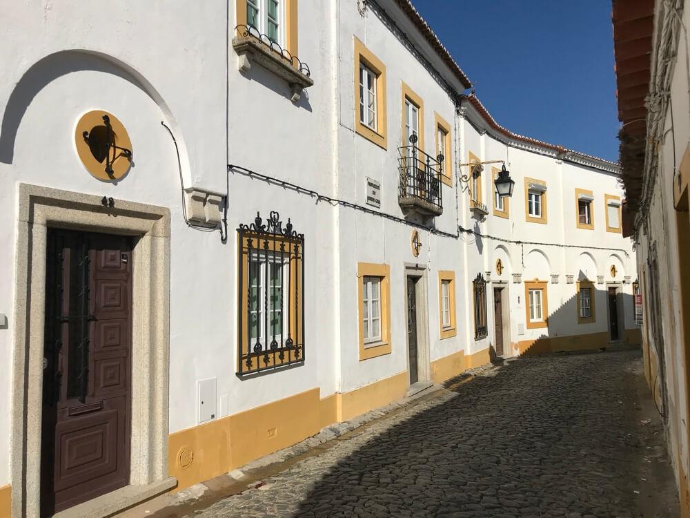 Rua das Alcaçarias, een van de vele smalle straatjes in de stad.