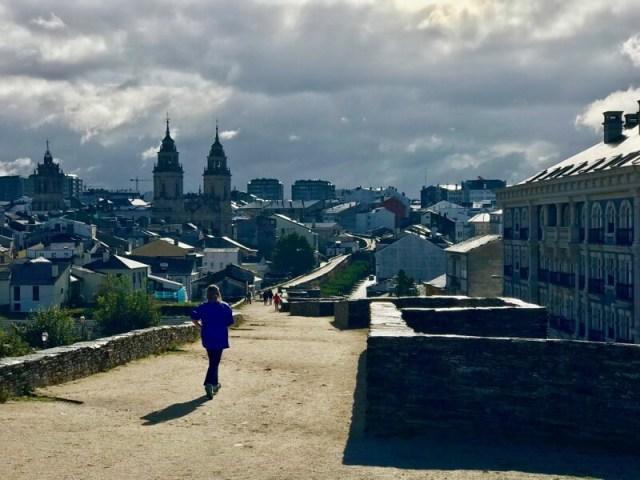 Ondanks dat deze wolken boven Lugo heel fotogeniek zijn, moet het niet 6 weken achter elkaar gaan regen, want dan 'vluchten' we naar het zuiden :)