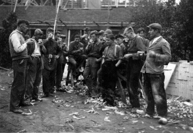 De foto stamt uit 1936-37. Wie het zijn is niet bekend. Waarschijnlijk zijn het werklozen die met en werkverschaffingsproject op de Paasheuvel meededen. Foto: Walter Devenijns-Paasheuvel