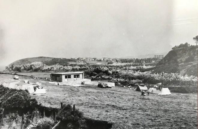 Een foto uit de oude doos, afkomstig uit de bar van de camping.. De camping bestaat al sinds 1968, maar het vakantiedorp is nog ouder. Je ziet het op de achtergrond. Het stamt uit 1954.