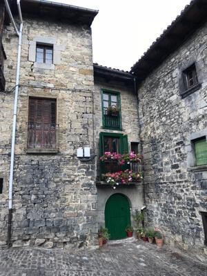 Een typische stoere woning in Roncal. Winterhard.