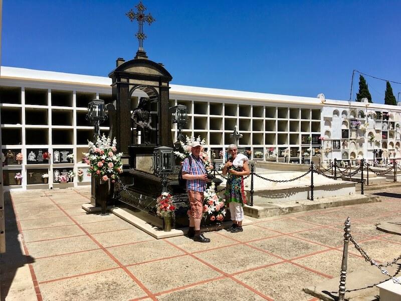 Twee fans eren de overleden zanger bij zijn mausoleum.