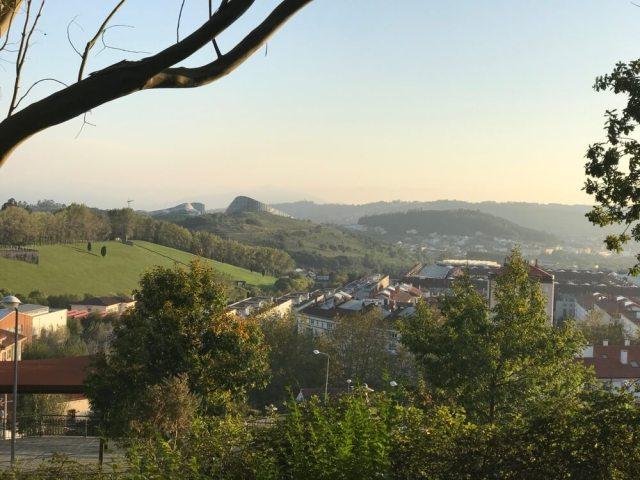 Vanaf de hooggelegen camping zie je Gaiás op de volgende heuvel al liggen. (Santiago de Compostela).