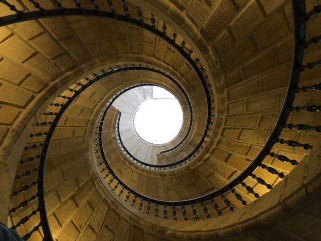 De drie trappen klimmen over elkaar zonder contact (Santiago de Compostela).