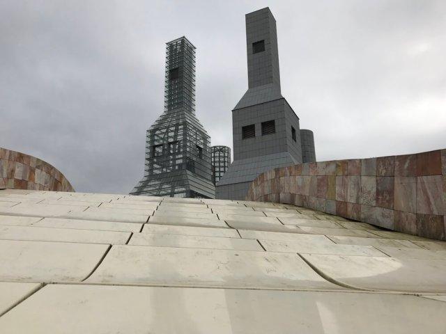 De Torres Hejduk ( torens van...) steken er aan alle kanten uit. Ze zijn ontworpen door de Amerikaanse architect Hejduk voor een botanische tuin in de stad. Maar de tuin kwam er niet. Na Hejduks dood In 2000 zette zijn collega en ontwerper van de cultuurstad, Eisenman, de torens bij Gaiás neer als een eerbetoon.(Santiago de Compostela).