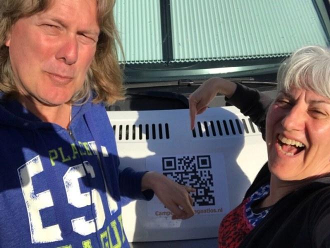 Een selfie van de QR-code in de felle zon. Tsja handig is anders, maar er was niemand om ons te helpen.