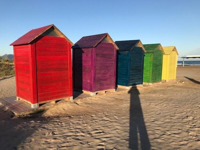 Het strand bij cp Castellón ligt aan de overkant.Daar staan deze kleurige strandhuisjes.