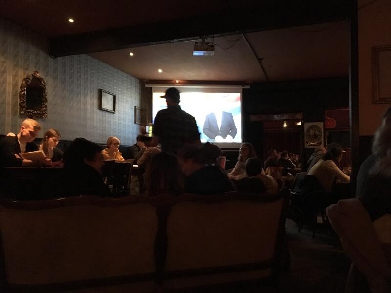 Voor, tijdens en na de uitzending word je aan tafel bediend in Bohème Boulette annex het Tatort-café.