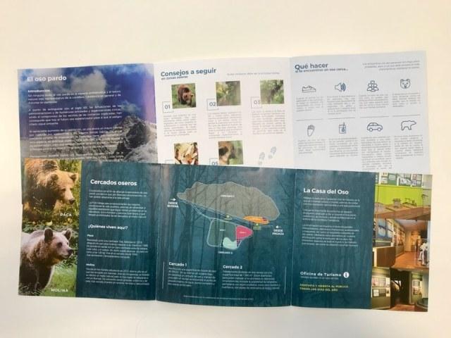 Diverse folders van de berenstichting. Daarin wordt uitgelegd wat je moet doen als je plotseling een beer tegenkomt. Op de onderste folder zie je een plattegrond van beren-centrum in Proaza.