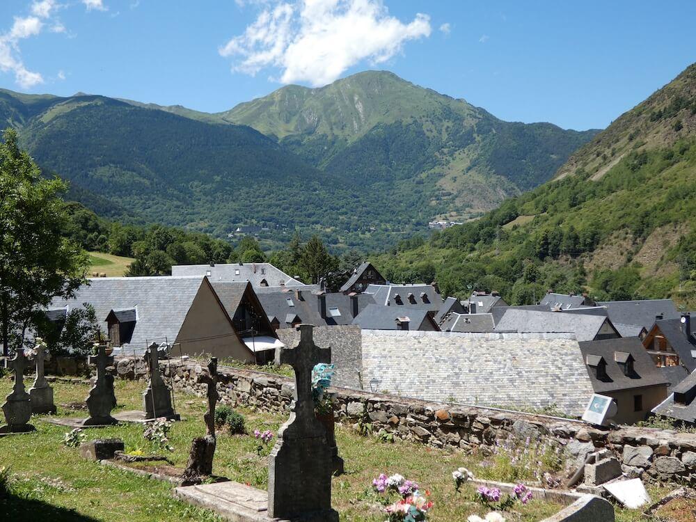 Zicht op de vallei vanaf het kerkhof van Escunhau.