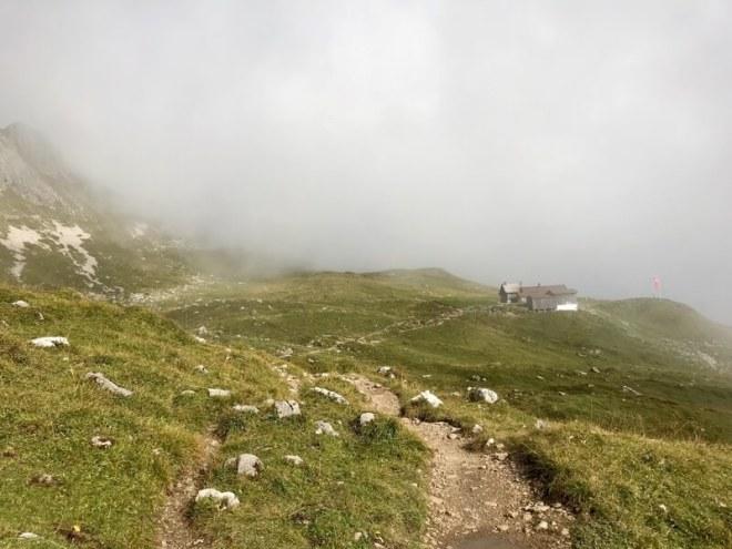 Eindelijk. Daar is de Widdersteinhütte (2009 meter). Snel warm worden.