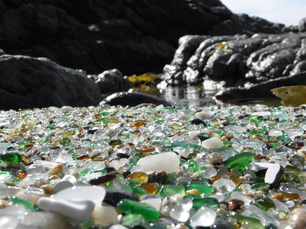 Het strand van glas bij het vissersplaatsje Laxe (Galicië) dat sinds kort ook over een camperplek beschikt.