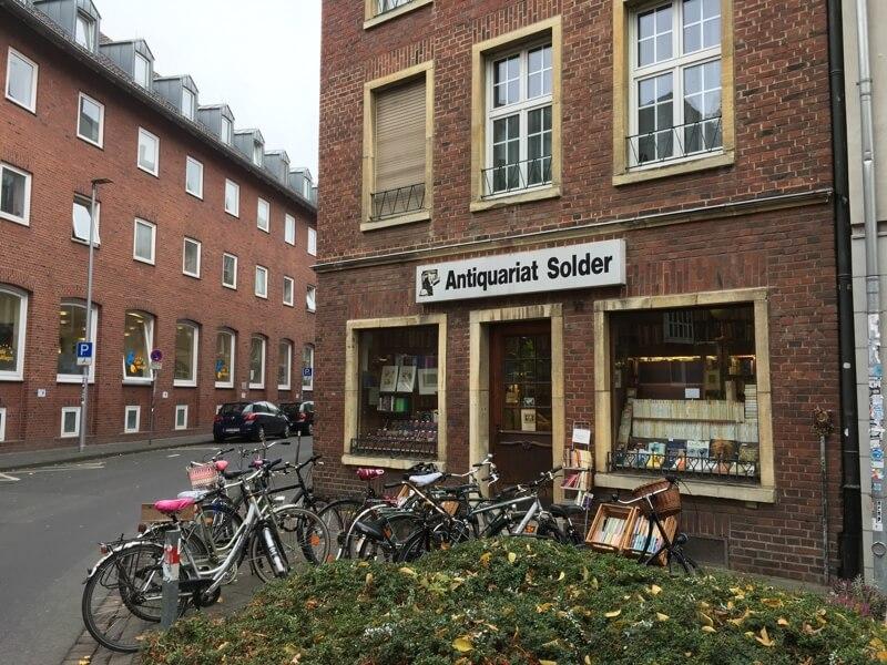 Het antiquariaat van Wilsberg bestaat overigens echt. Alleen heet deze tweedehands boekenwinkel aan de Frauenstrasse 49 in het dagelijks leven Solder.