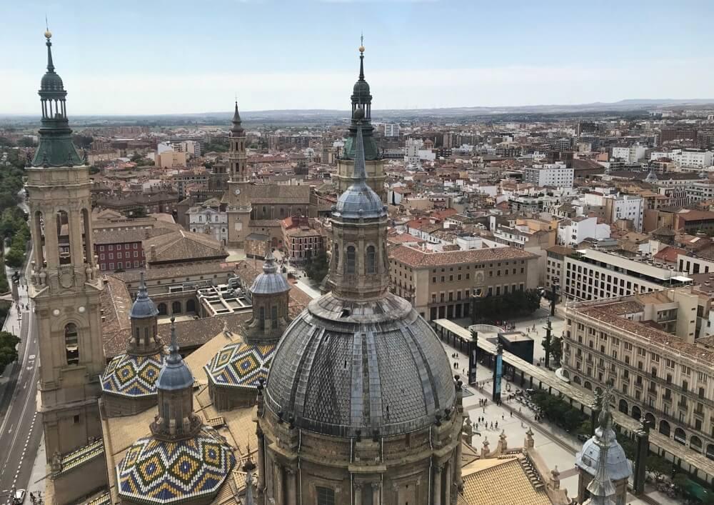 De stad Zaragoza. Foto genomen vanaf een kerktoren van de kathedraal El Pilar op negentig meter hoogte.