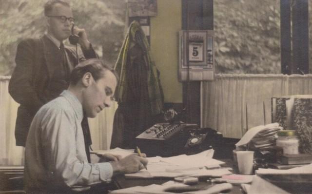 De jaren '50. De journalisten van de Zwolsche Courant, Boetze en Schothorst, werken in hun kantoor aan de Melkmarkt.
