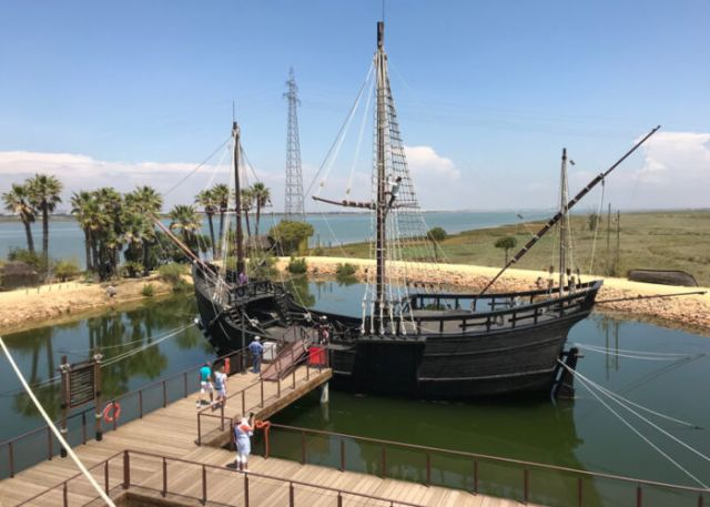 Nr.7. Vanaf hier vertrok Columbus om de nieuwe wereld te ontdekken. De drie boten van het konvooi zijn nagebouwd en liggen bij museum Muelle de las Carabelas.