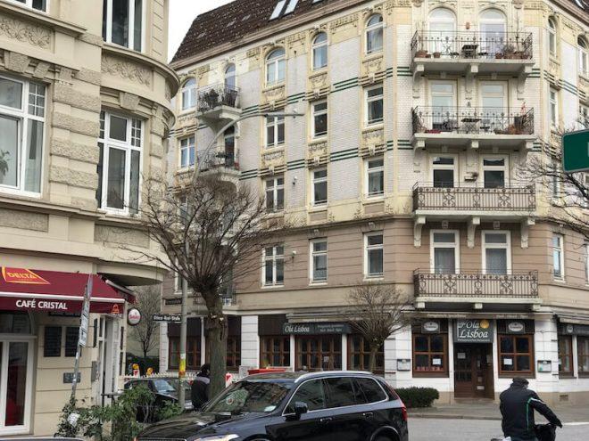 De Ditmar-Koel-Strasse met diverse Portugese restaurants. Delta is erg goede Portugese koffie.
