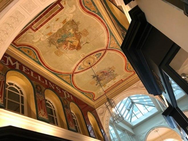 Deze arcade, Mellin Passage, ligt ook in de binnenstad en is geheel overdekt met prachtige beschilderingen.