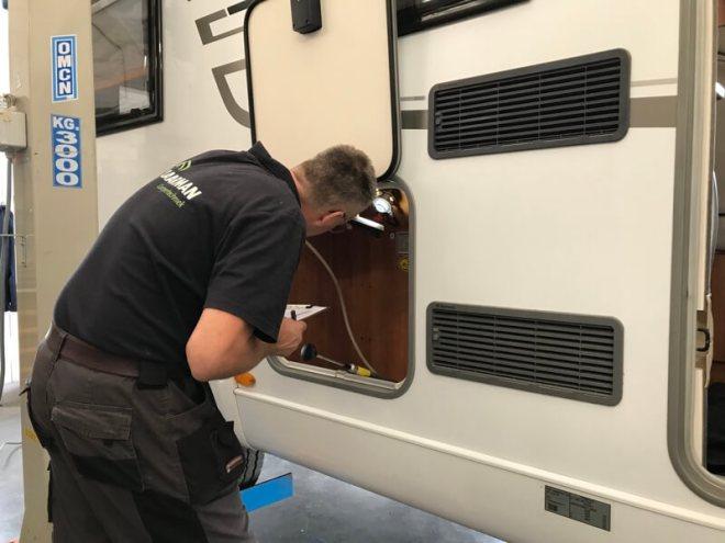Een check van de leidingen in het gasluik. De rubbertjes van de drukregelaars werden vervangen.