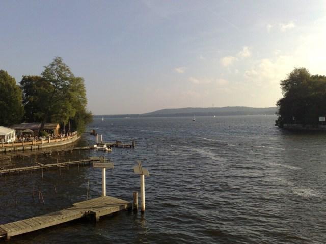 De Müggelsee, aan de oostkant van Berlijn, is slechts een van de vele meren rond de stad. Overal zijn wel pleisterplaatsen waar je het glas kan heffen of een duikje kan nemen. Berlijn is vooral ook veel natuur