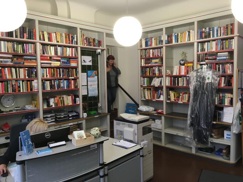 Het kantoor in het Schillerpark waar de conciërges werken.
