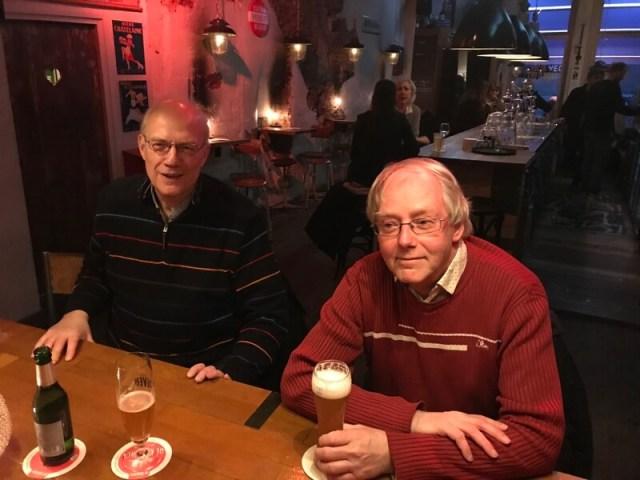 Gerhard van Dijk (links) en Ron Maat, onze trouwe eindredacteuren, tijdens 'werkbespreking' in onze Zwolse stamkroeg In De Buurt.