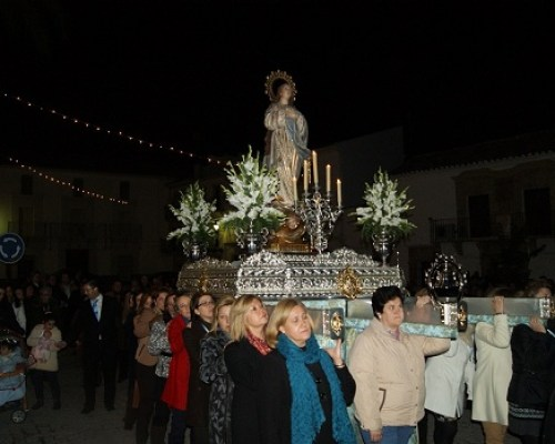 La Inmaculada Concepción en procesión por las calles de Lopera.