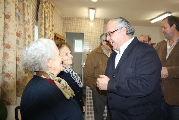 El alcalde de Andújar, Jesús Estrella, saluda a los vecinos de Vegas de Triana.