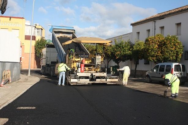 Trabajos de asfaltado en la calle Puerta de Córdoba de Andújar.