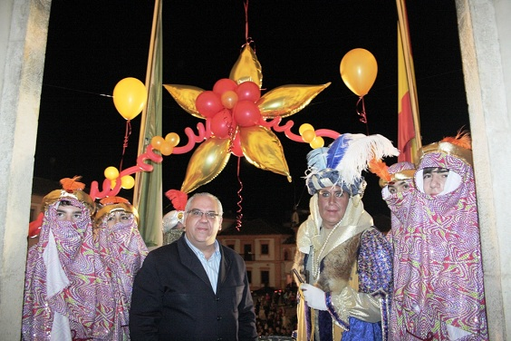 El alcalde de Andújar con el Heraldo Real.