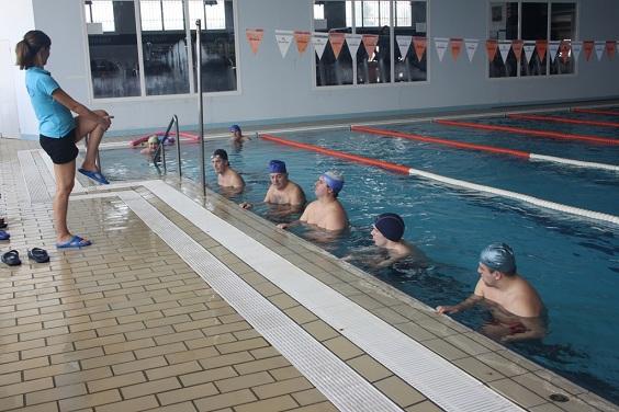 Usuarios de estos talleres en la piscina cubierta de Andújar.