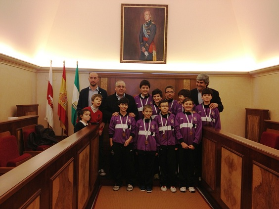 Las jóvenes promesas del baloncesto junto al alcalde, Jesús Estrella.