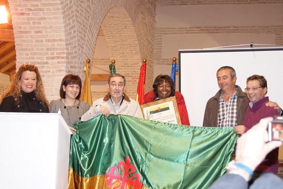 Juan Luis Gálvez, en el centro, recibe el título de Hijo Predilecto de Lopera.