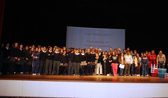 Jóvenes de Andújar reunidos para conmemorar el Día de la Mujer.