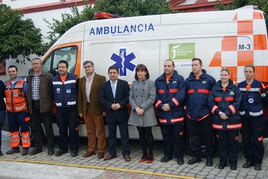 Francisco Reyes, junto a Isabel Uceda, posa delante de la Ambulancia de Protección Civil.