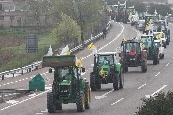 Cientos de tractores invaden la autovía en Andújar.