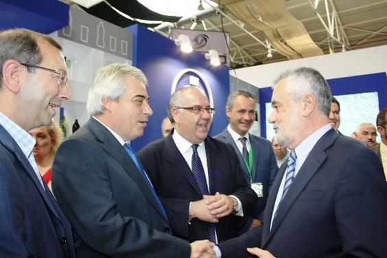 El alcalde de Andújar, Jesús Estrella, saluda al presidente de la Junta de Andalucía, José Antonio Griñán.