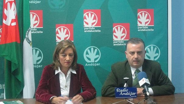 La portavoz andalucista, Encarna Camacho, junto al secretario provincial del PA, Francisco Mendieta.