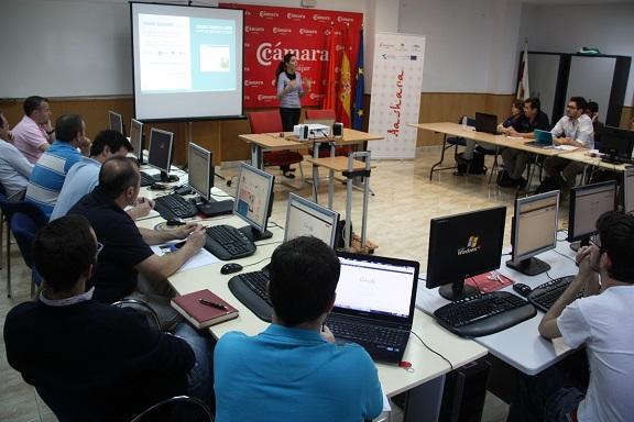 Empresarios y emprendedores de Andújar participando en el taller.