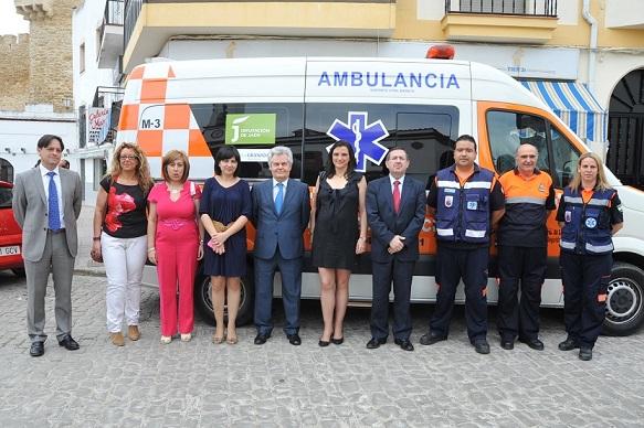 Antonio Jara y Luis González, junto a Isabel Uceda y miembros de Protección Civil de Lopera.