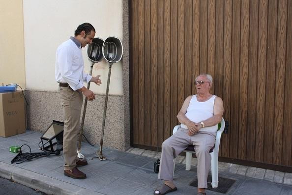 El concejal de Servicios e Infraestructuras Urbanas, Félix Caler, conversa con un vecino del barrio.