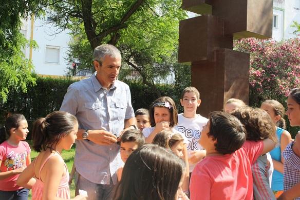 El concejal de Juventud de Andújar, Pedro Alcántara, con algunos alumnos.