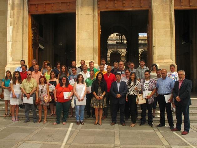 El presidente de la Diputación, Francisco Reyes, junto a las personas que han recibido las ayudas.