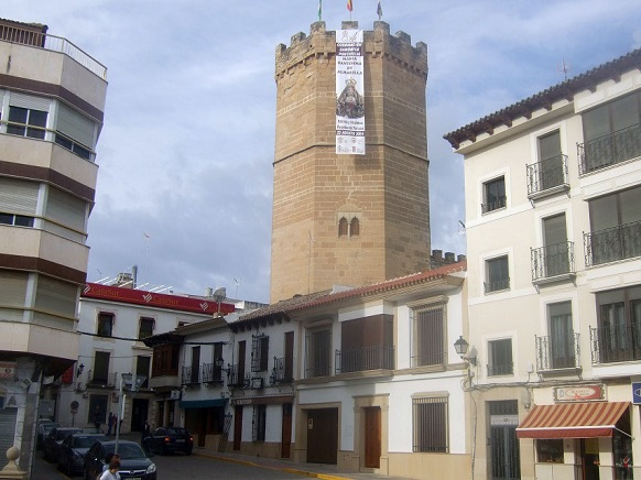 Colgadura de una banderola en el Torreón de Boabdil, de Porcuna.